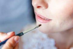 Lèvres de peinture de maquilleur photographie stock
