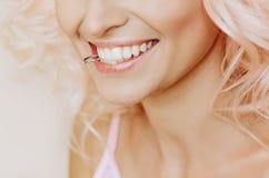 Lèvres de sourire de dents d'or d'anneau de morsure de femme blonde de jeune mariée belles images libres de droits