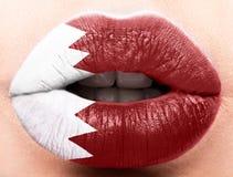 Lèvres femelles étroites avec un drapeau de photo de Katar ROUGE ET BLANC Images stock