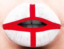 Lèvres femelles étroites avec un drapeau de photo de l'Angleterre Blanc, rouge Images stock