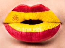 Lèvres femelles étroites avec un drapeau de photo de l'Espagne Rouge, jaune Image libre de droits