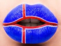 Lèvres femelles étroites avec un drapeau de photo de l'Islande Croix-Rouge bleue et Image libre de droits