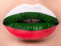 Lèvres femelles étroites avec un drapeau de photo de la Bulgarie blanc, vert, rouge Photographie stock