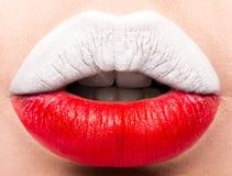 Lèvres femelles étroites avec un drapeau de photo de la Pologne Blanc, rouge Photographie stock