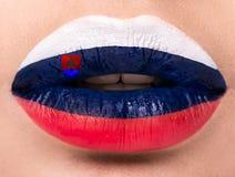 Lèvres femelles étroites avec un drapeau de photo de la Slovaquie Bleu, blanc, rouge Image libre de droits