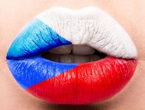 Lèvres femelles étroites avec un drapeau de photo de République Tchèque blanc, rouge, bleu Photographie stock