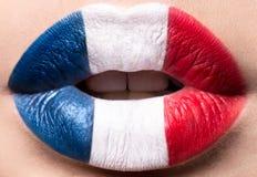 Lèvres femelles étroites avec un drapeau de photo des Frances Bleu, blanc, rouge Photo libre de droits