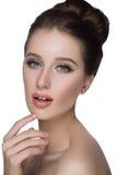 Lèvres parfaites de portrait de visage de femme avec le maquillage mat beige naturel de rouge à lèvres de mode Peau de fille modè Photo stock