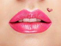 Lèvres peintes avec un coeur de rouge à lèvres Images libres de droits