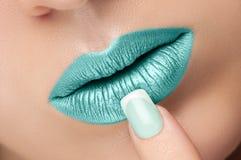 Lèvres plan rapproché et manucure image stock