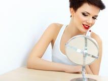 Lèvres rouges. Belle femme faisant le maquillage quotidien. Application de rouge à lèvres Photo libre de droits