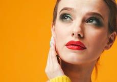 Lèvres rouges de femme colorée de maquillage dans des vêtements jaunes sur les ongles manucurés heureux de fond de mode d'été de  image libre de droits