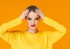 Lèvres rouges de femme colorée de maquillage dans des vêtements jaunes sur les ongles manucurés heureux de fond de mode d'été de  image stock