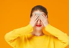 Lèvres rouges de femme colorée de maquillage dans des vêtements jaunes sur les ongles manucurés heureux de fond de mode d'été de  photographie stock