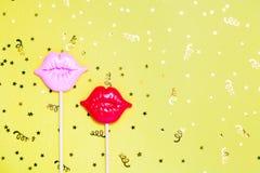 Lèvres rouges et roses pour l'amusement sur le fond de fête jaune image libre de droits