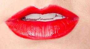 Lèvres rouges sexy étroites de la jeune femme Image stock