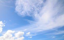 Légèrement nuages d'Altostratus sur le ciel bleu montrant le modèle mou blanc de texture photos libres de droits