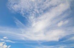 Légèrement nuages d'Altostratus sur le ciel bleu montrant le modèle mou blanc de texture photographie stock libre de droits