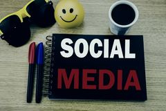 Légende conceptuelle des textes d'écriture de main montrant le media social Concept d'affaires pour le media social de la Communa Photos stock