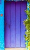 Légende de porte en bois pourpre sur la turquoise peinte Images stock