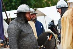 Légende de rétablissement de bataille médiévale contre le feu - dragon de respiration image stock