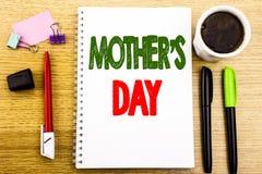 Légende des textes d'écriture de main montrant la fête des mères Concept d'affaires pour la célébration de salutations de maman é Photo libre de droits