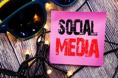 Légende des textes d'écriture de main montrant le media social Concept d'affaires pour le réseau Internet global écrit le backg d Image libre de droits