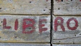 Légende Libero sur la vieille porte en bois Photos stock