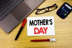 Légende manuscrite des textes montrant la fête des mères Écriture de concept d'affaires pour la célébration de salutations de mam Images libres de droits