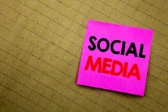 Légende manuscrite des textes montrant le media social Écriture de concept d'affaires pour le réseau Internet global écrit sur le Photos libres de droits