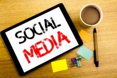 Légende manuscrite des textes montrant le media social Écriture de concept d'affaires pour le réseau Internet global écrit sur l' Photos stock