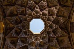 Léger bien dans le bazar de Kashan, Iran, pris de dessous Photographie stock libre de droits