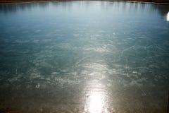 Léger illuminant la surface d'une feuille de glace photographie stock libre de droits