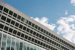 Légion de centre d'affaires contre le ciel bleu Image stock