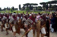 Légionnaires au défilé historique de Romains antiques Photos stock