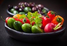 Légume cru de casse-croûte avec des olives images libres de droits