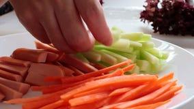 Légume de concombre de saucisse de carotte sur le plat blanc sur la table blanche pour faire le petit pain de salade banque de vidéos