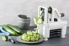 Légume de concombre de Spiralizing avec le spiralizer image libre de droits