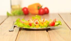 légume frais de tomate de salade de préparation de laitue de concombre Photographie stock