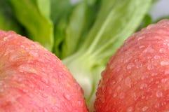 Légume frais et deux pommes rouges Images libres de droits
