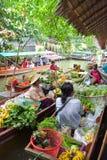 Légume fruit et nourriture des ventes des exploitants sur des bateaux Photos libres de droits