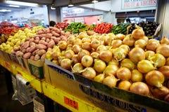 Légumes à vendre sur le marché local Image libre de droits