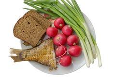 Légumes, arête et poissons d'un plat Photo stock