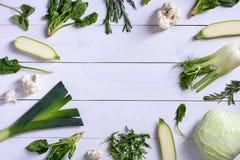 Légumes au-dessus de fond en bois Variété d'ingrédients de nourriture verte, concept d'alimentation saine Nutrition organique vég Photos stock