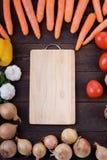 Légumes autour de la planche à découper Photos stock