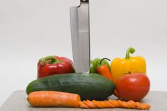 Légumes avec un couteau photos stock