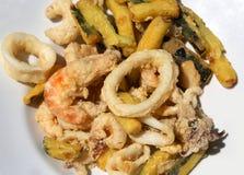 Légumes battus et poissons cuits à la friteuse photographie stock libre de droits