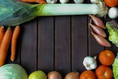 Légumes beaucoup différents sur la surface en bois Image stock