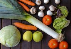 Légumes beaucoup différents sur la surface en bois Photo stock