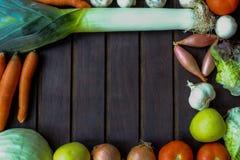 Légumes beaucoup différents sur la surface en bois Photo libre de droits
